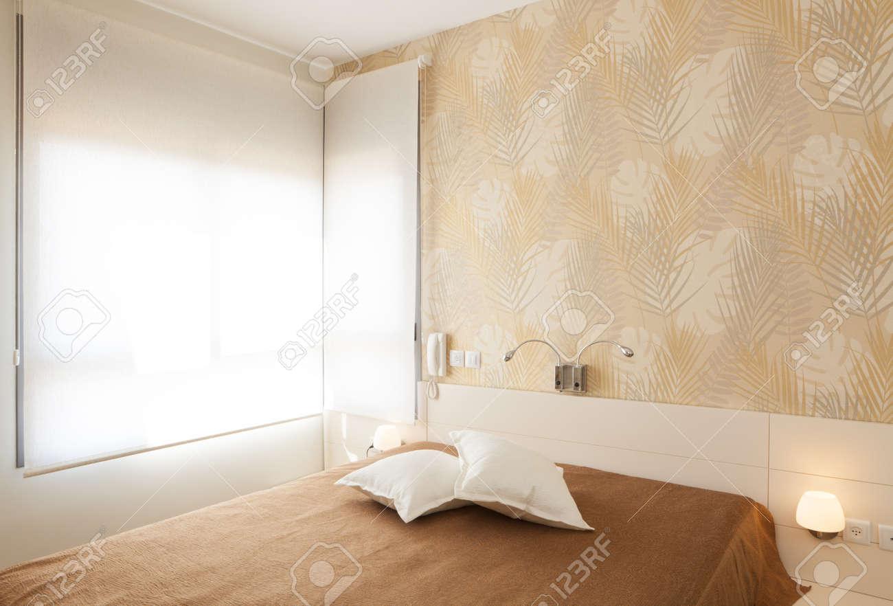 Chambre de luxe moderne avec le papier peint / Hôtel Chambre