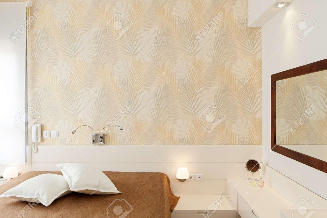 Moderne luxus schlafzimmer mit der tapete / hotelzimmer ...