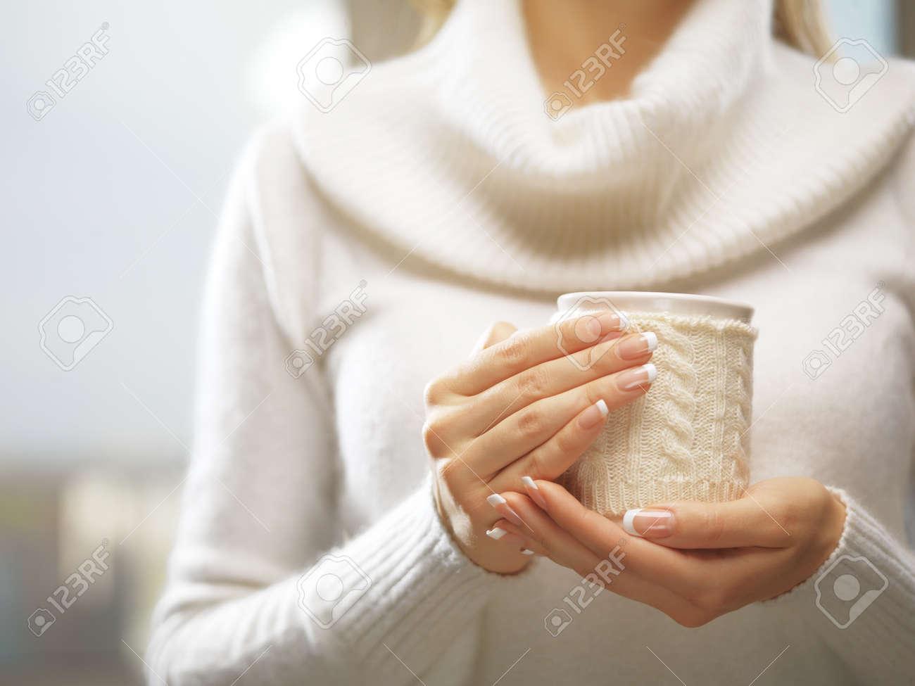 La Mujer Sostiene Una Taza De Invierno De Cerca. Manos De Mujer Con ...