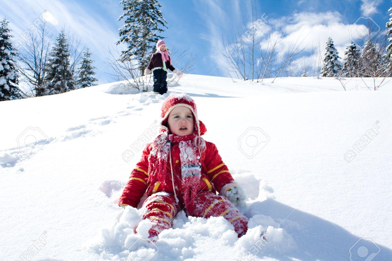 dos nias pequeas jugando en la nieve foto de archivo