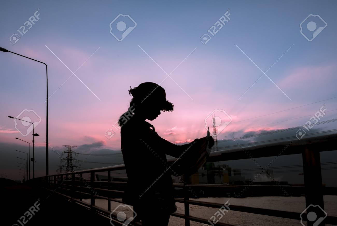 Sihouette Sac A Dos De Touristes Asiatiques Reflexion Dun Endroit