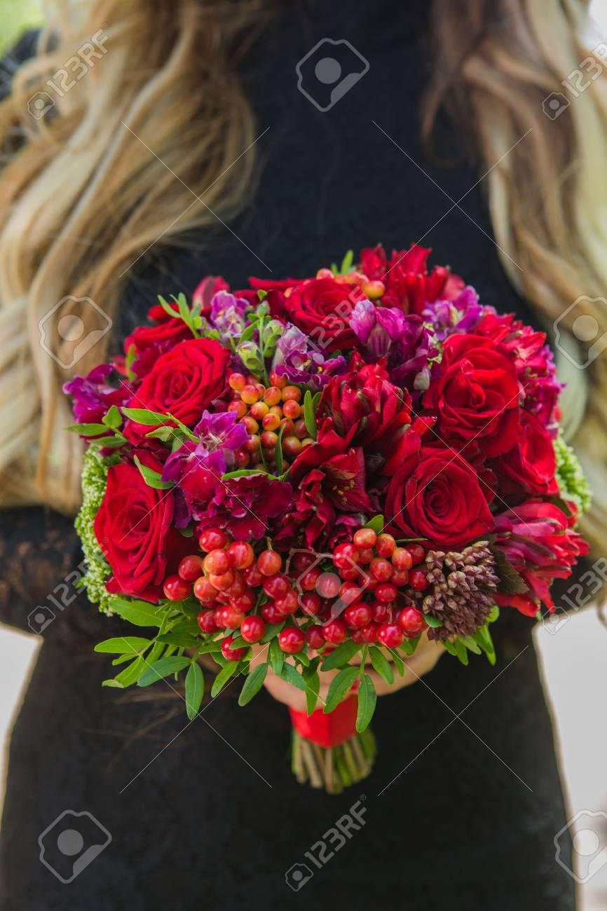 Hochzeitsstrauss Aus Roten Rosen In Den Handen Der Braut Lizenzfreie