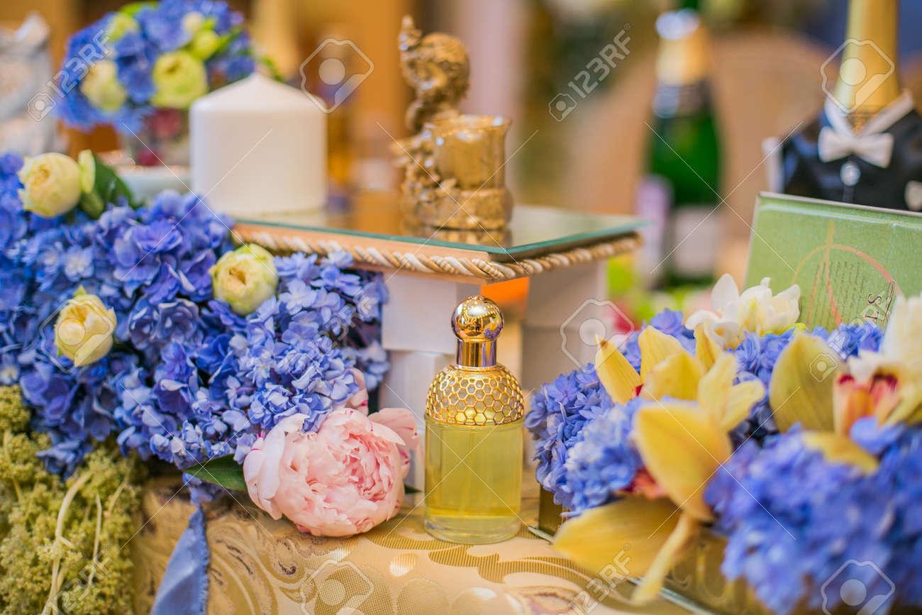 Hochzeit Tischdekoration Mit Schonen Blauen Blumen Lizenzfreie