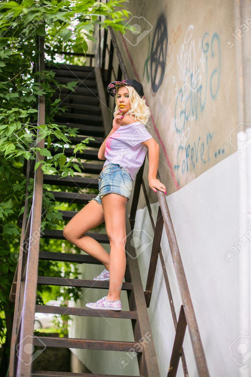 Swarovski Fräulein blonde Mädchen in Beute Shorts