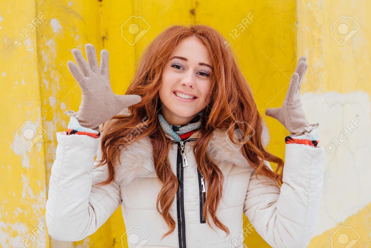 Rote haare gelbe kleidung