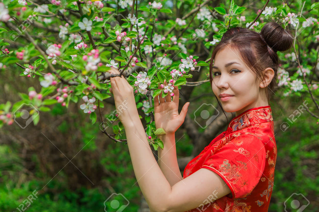 Asiatische Mädchen blühen auf