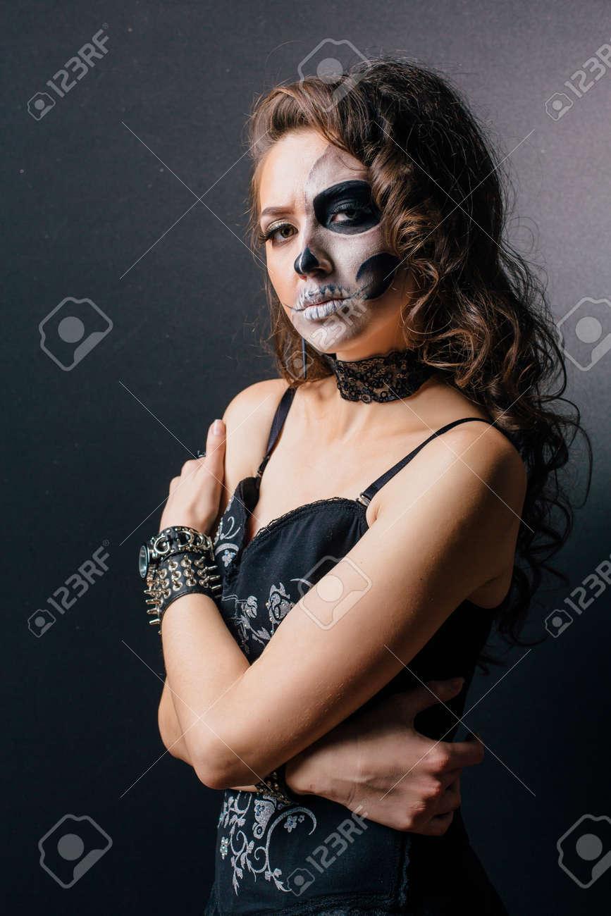 Junge Frau In Schwarz Mit Halb Gesicht Schädel Make Up Lizenzfreie