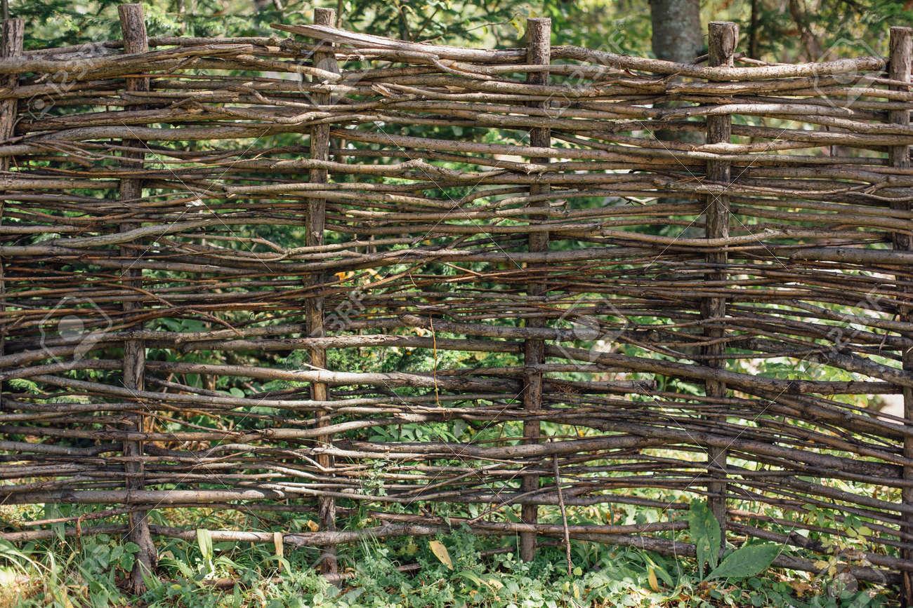 Atemberaubend Natürlicher Zaun Aus Zweigen Im Garten Lizenzfreie Fotos, Bilder #RL_47