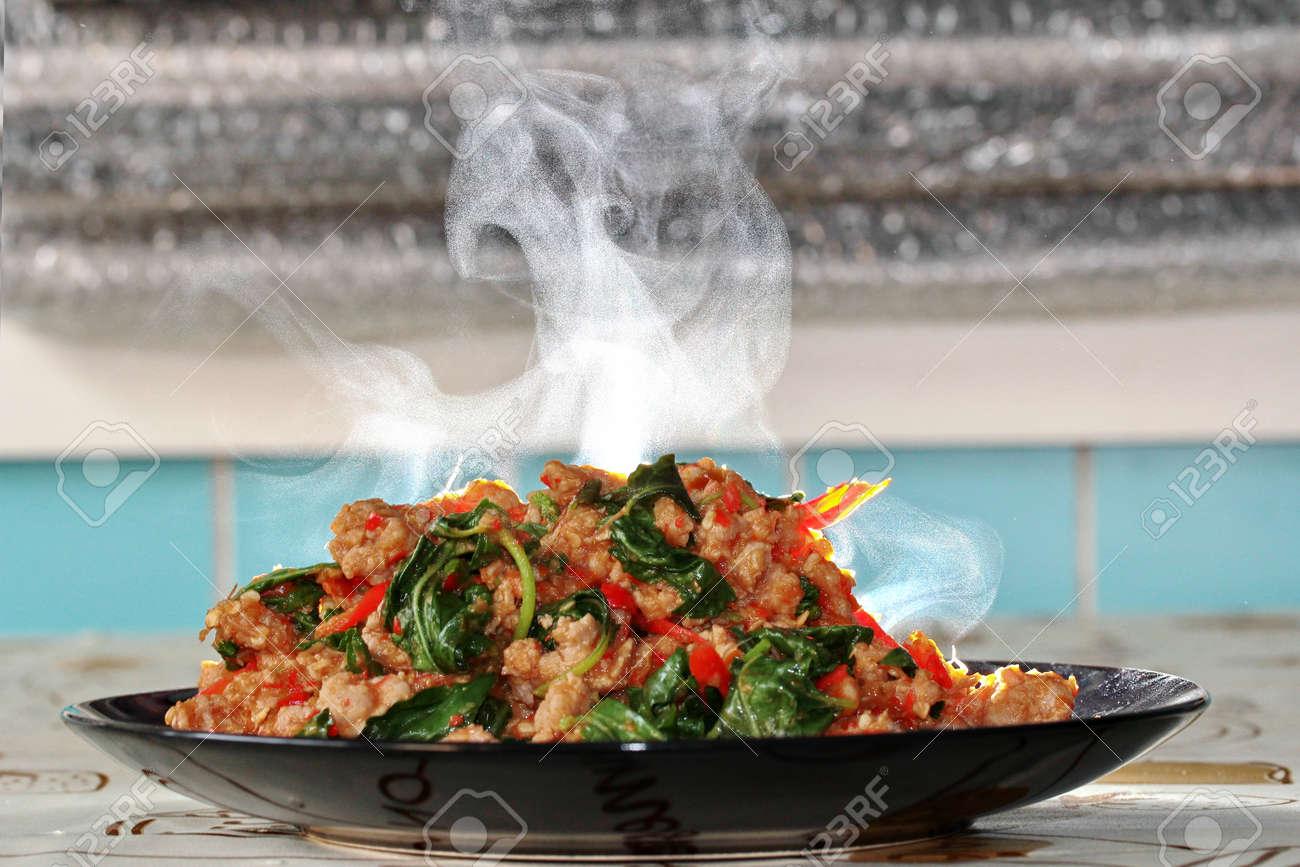Bacco tabacco & triclinio > 68107089-aroma-profumo-di-basilico-piccante-fritto-con-carne-di-maiale-macinata-condita-lattuga-%C3%A8-top-ten-del-p