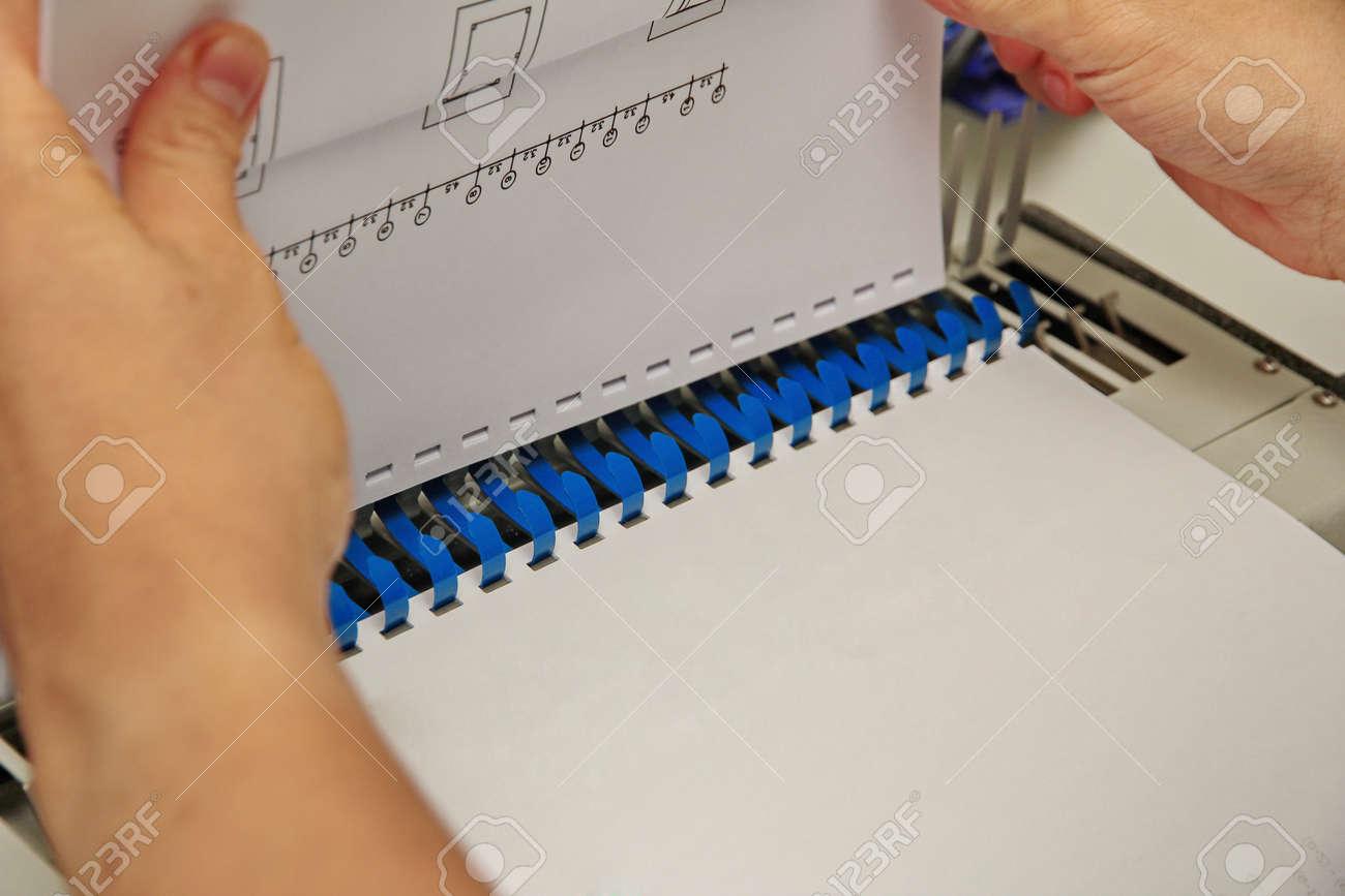 Encuadre Los Documentos Con Un Encuadernador De Anillo De Plástico ...