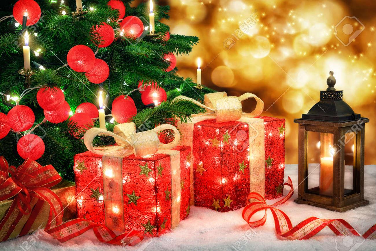 Glänzende Weihnachtsszene Mit Einem Weihnachtsbaum Und Roten Kugeln ...