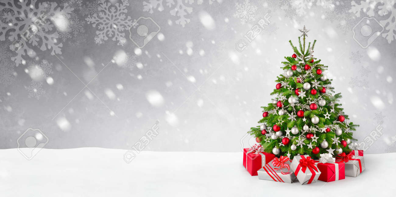 Christmas Tree Snow.Gorgeous Elegant Christmas Tree With Gifts In Red And Silver
