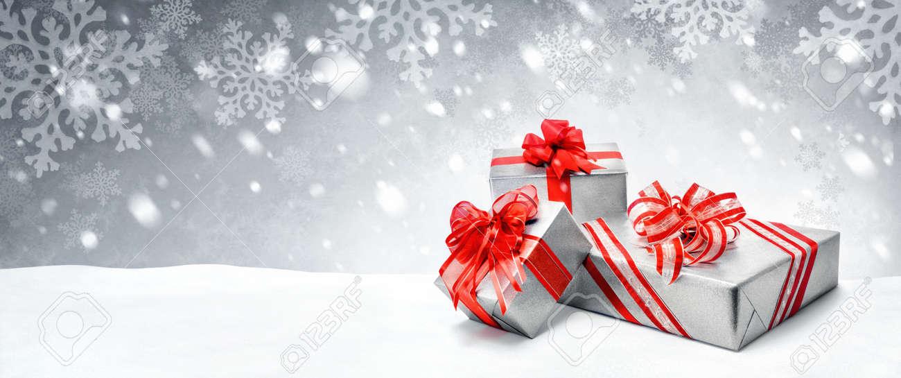 Silber Weihnachten Oder Geburtstag Geschenk-Boxen Mit Roten Bögen Im ...
