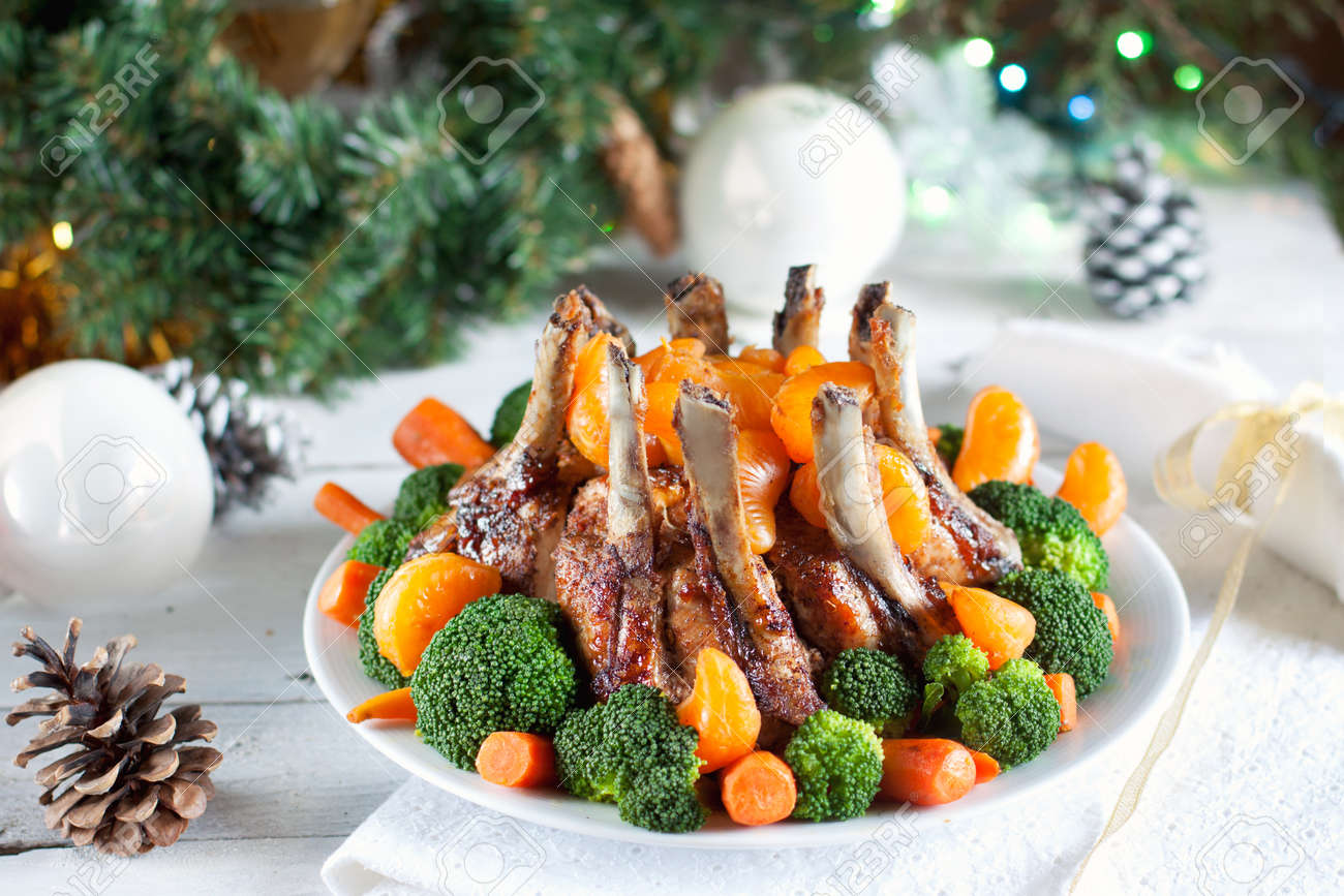 asado de la corona de carne de cerdo idea para la cena de navidad foto