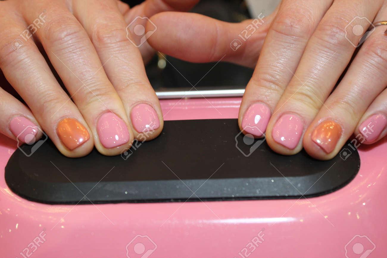 Diseño De Manicura De Color Natural En Las Uñas Exfoliadas