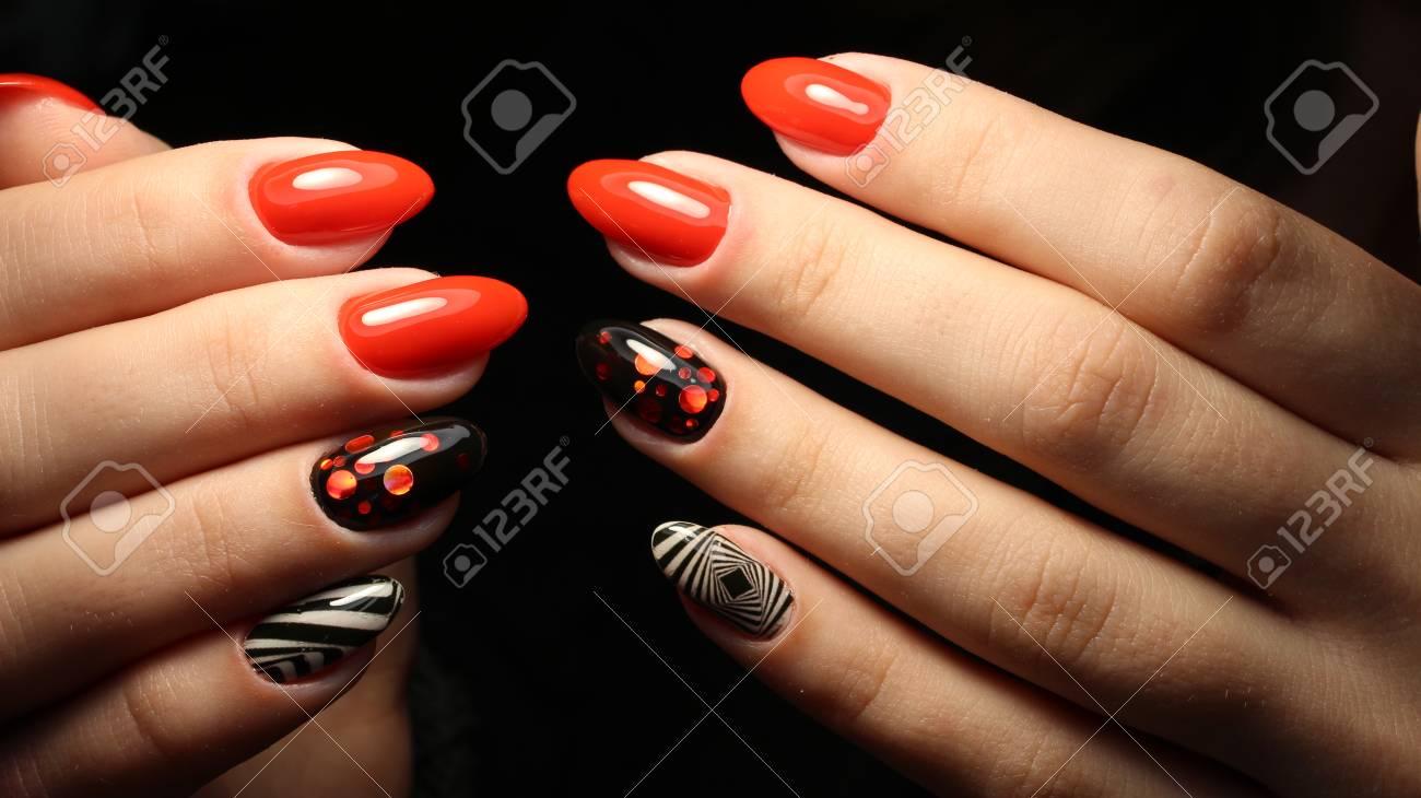 Manicura Diseño Rojo Con Abstracción Geométrica En Blanco Y Negro En Las Uñas