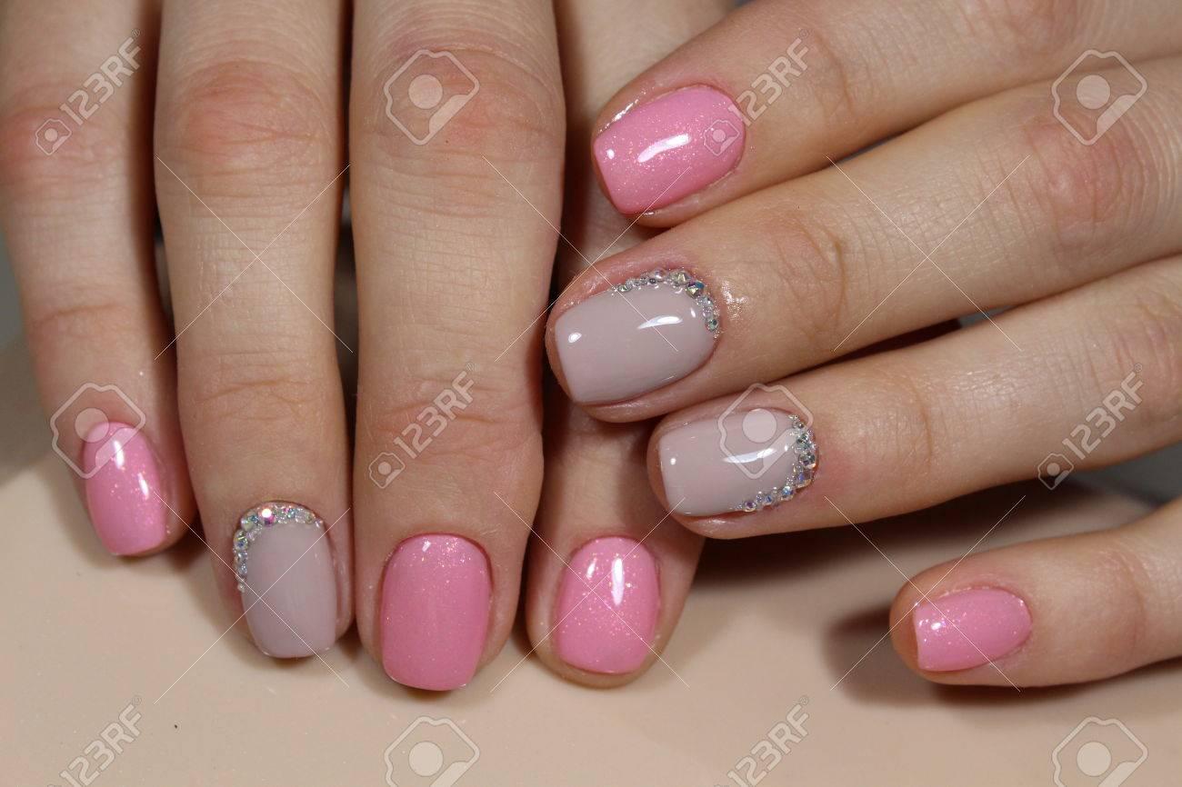 Hermosas Uñas De Color Rosa Claro Con Strass Diseño De Manicura