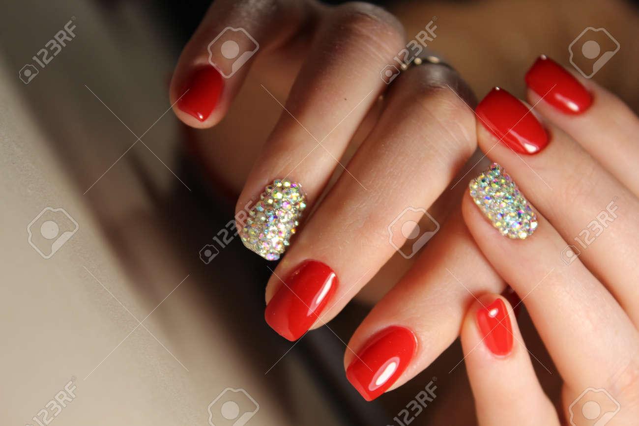 Manikure Design Nagel Ist Leuchtend Rot Und Strasssteine Lizenzfreie