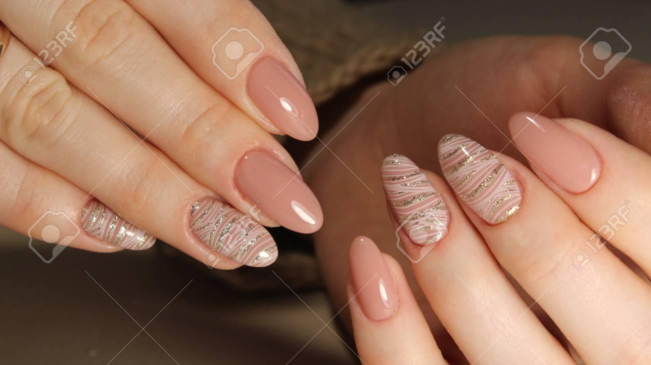 Geräumig Moderne Nägel Sammlung Von Perfekte Maniküre Und Natürliche Nägel. Attraktive Nagelkunstentwurf.
