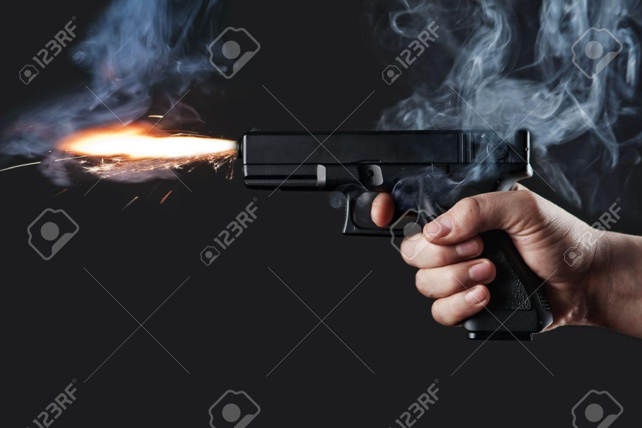 Schuss aus einer Pistole mit Feuer und Rauch Standard-Bild - 18022850