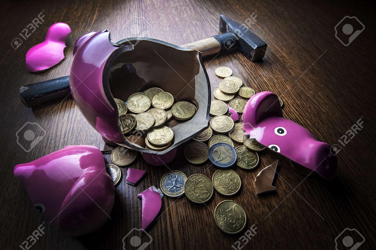 geknackt rosa Schwein Sparbüchse closeup Standard-Bild - 20301890