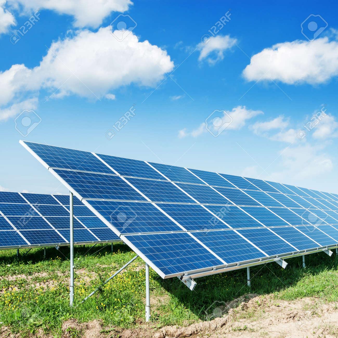 Sonnenkollektoren und blauer Himmel Standard-Bild - 21611352