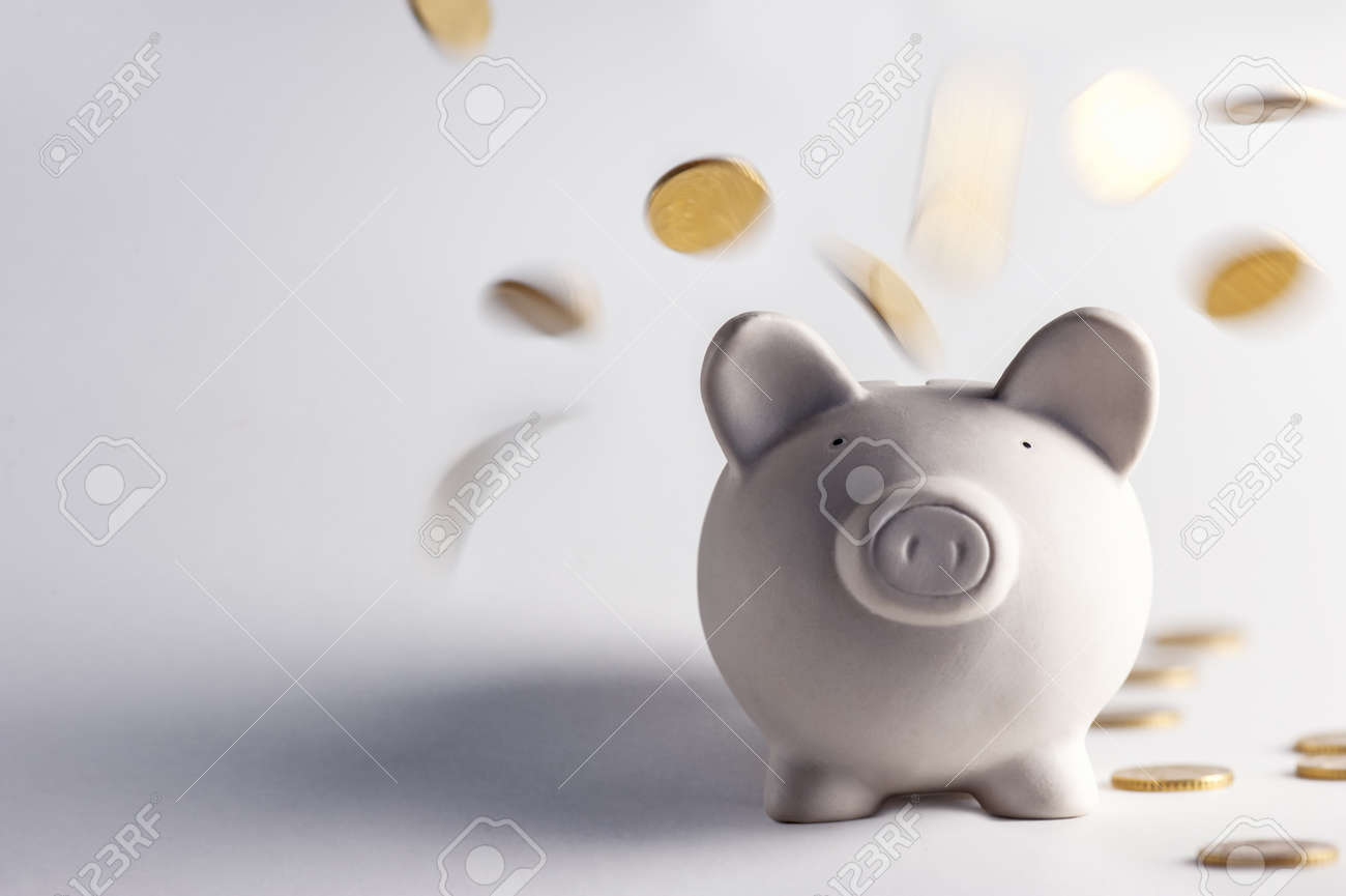 pig money box with golden coins Standard-Bild - 22274884