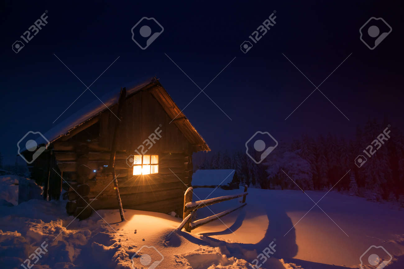 wooden house in winter forest Standard-Bild - 23258697
