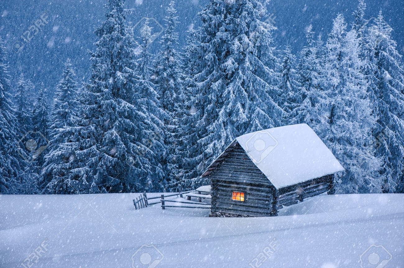 Holzhaus im Winterwald Standard-Bild - 23258698