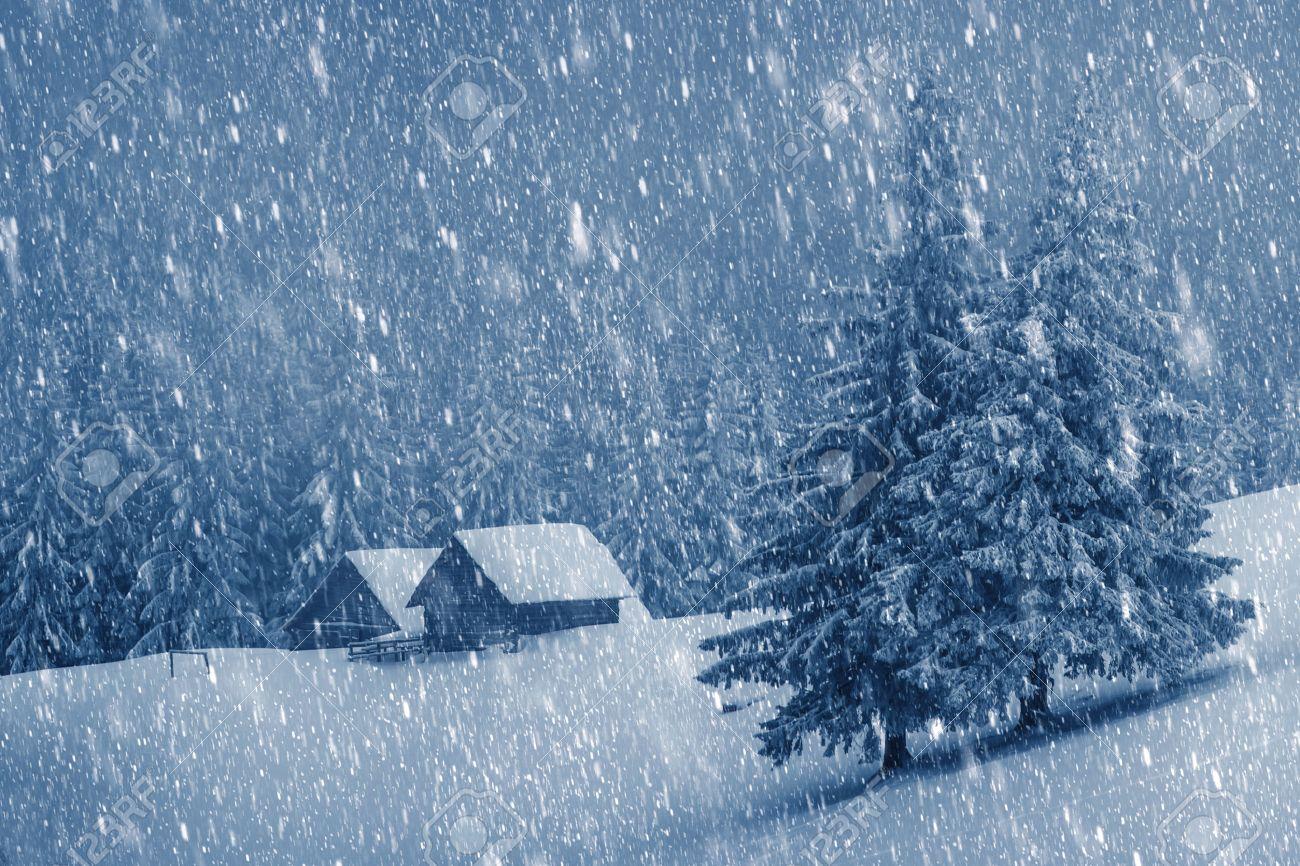 Holzhaus im Winterwald Standard-Bild - 23431249
