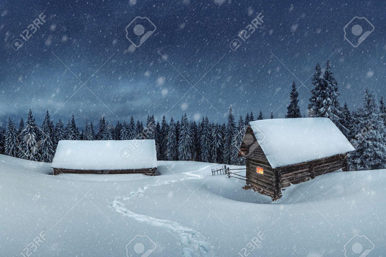 wooden house in winter forest Standard-Bild - 23653120