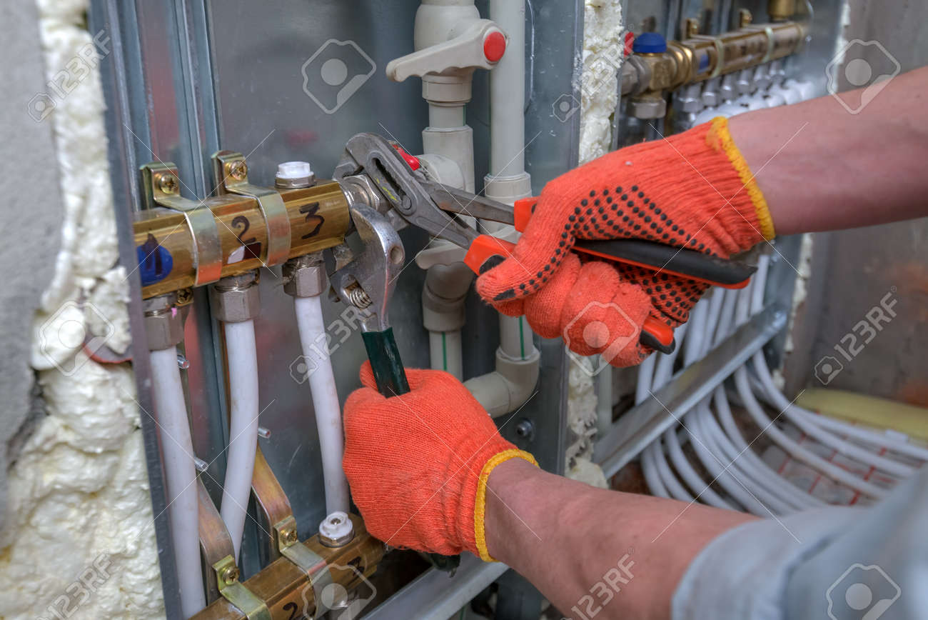 pipefitter installing system of heating Standard-Bild - 43586333