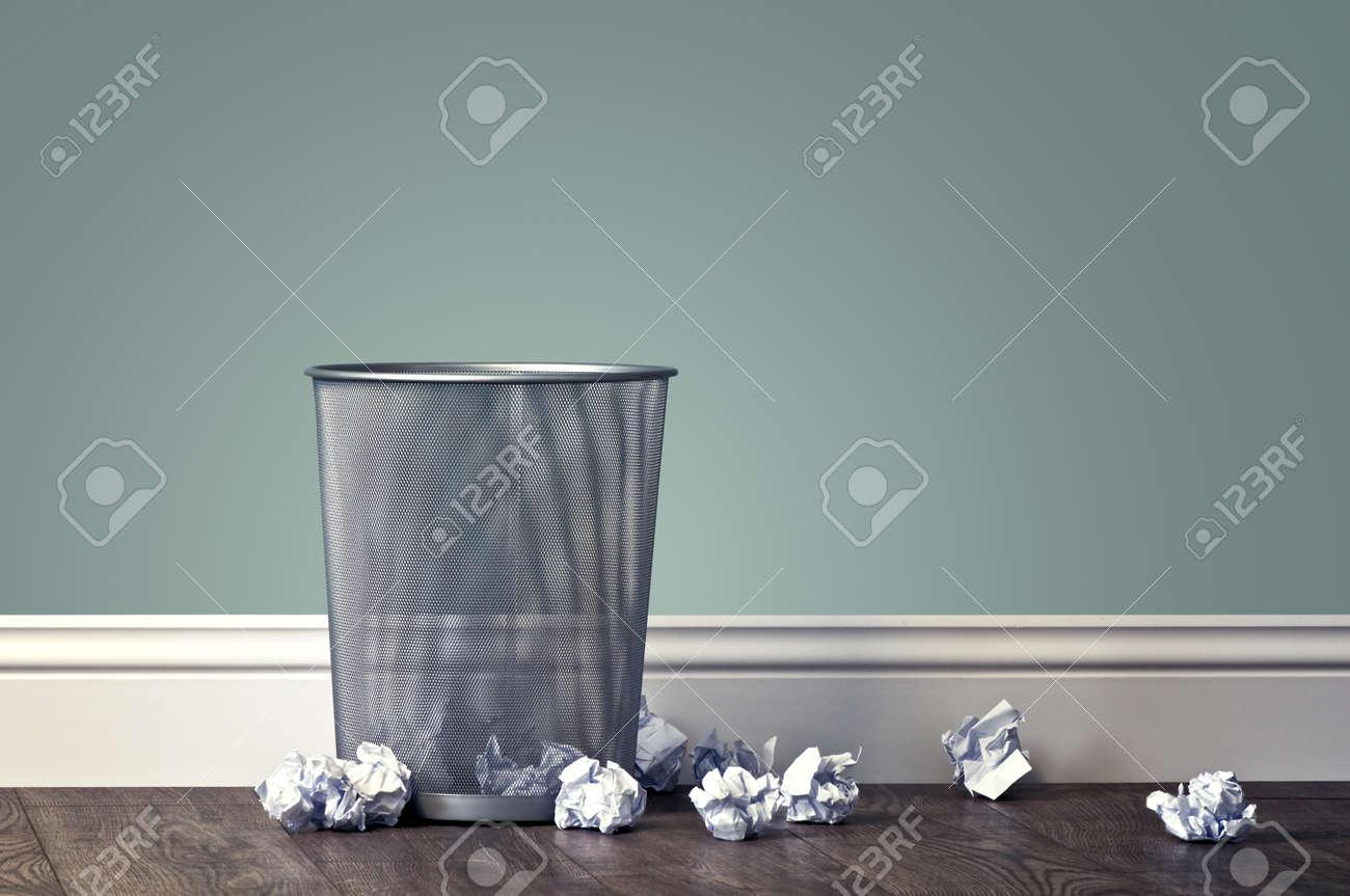 Büro Müll in der Nähe von Metallkorb Standard-Bild - 48337152
