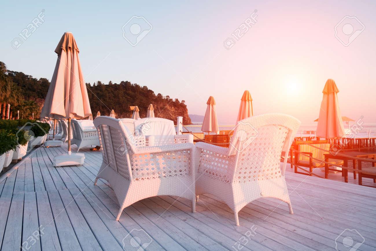 Restaurante De Verano En La Playa Impresionantes Vistas Sobre El Mar Mediterráneo Terraza De Madera Blanca Y Muebles Trenzados