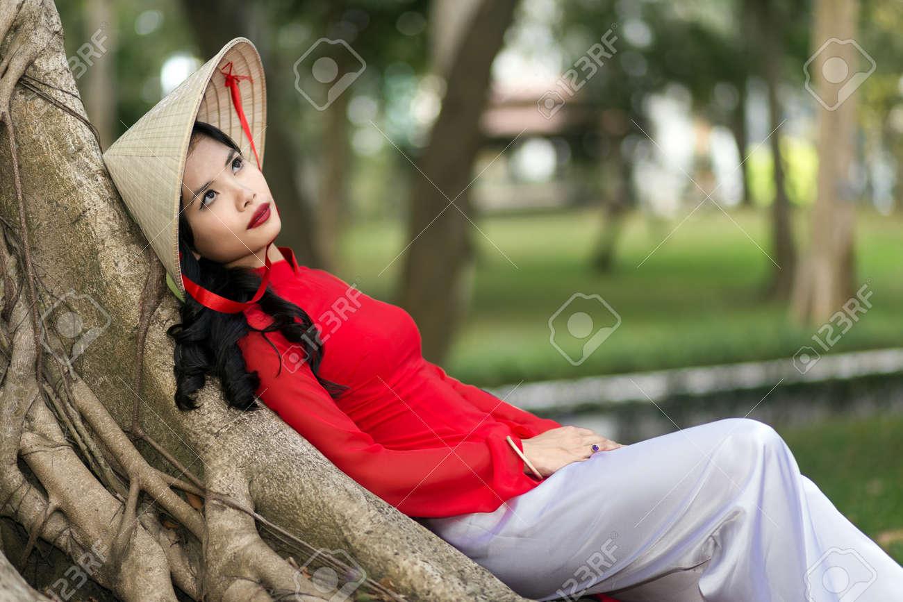 Sonar a una mujer con vestido rojo