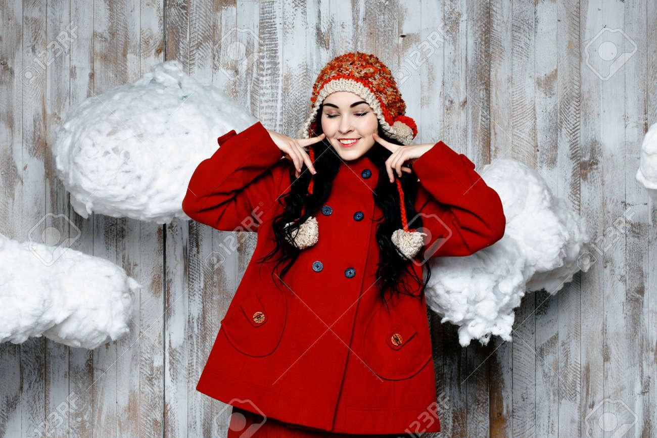 Foto de archivo - Mujer bonita en el sombrero rojo de punto caliente 0f4b172ac0b