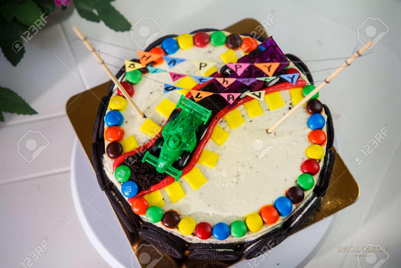 Pastel De Vainilla Deliciosa Para La Fiesta De Cumpleaños De Los Niños Decorado Con Coches De Juguetes Deportivos Y Galletas De Chocolate