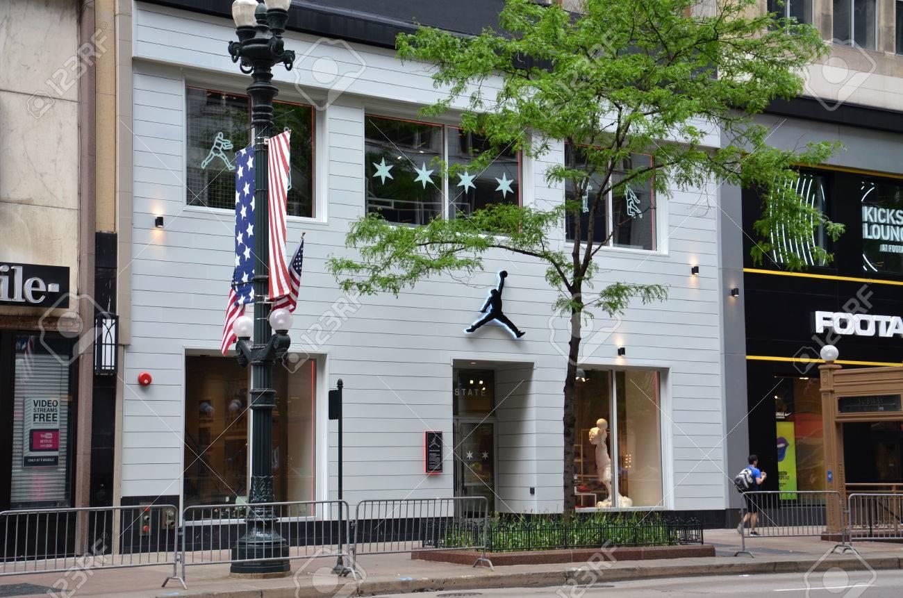 minorista online originales diseñador nuevo y usado CHICAGO - 29 DE MAYO: La tienda de Michael Jordan en Chicago se muestra  aquí el 29 de mayo de 2016. Vende la marca Nike Jordan, e incluye una  cancha ...