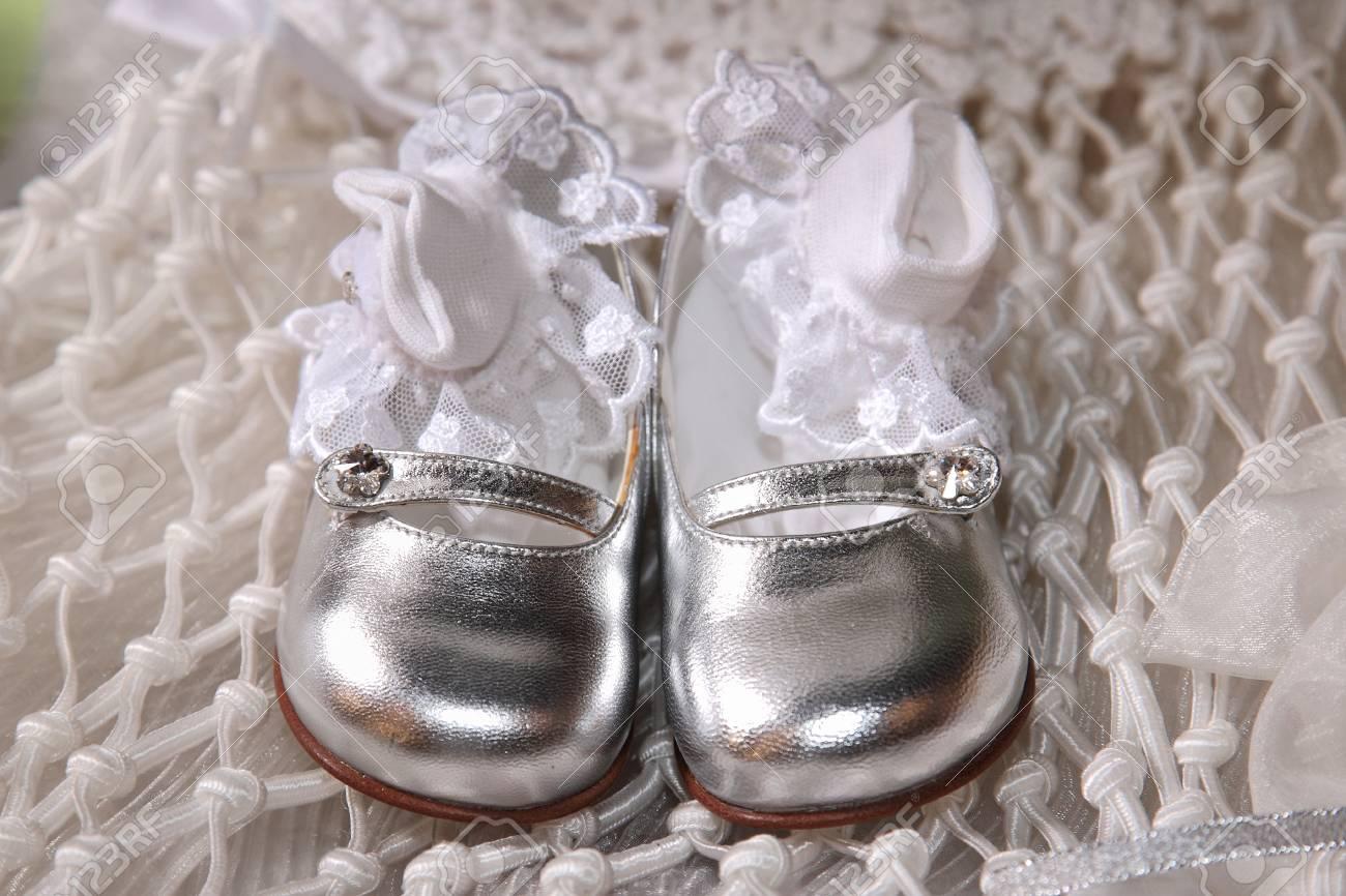 abf5b740e Foto de archivo - Zapatos plateados con los calcetines del bebé