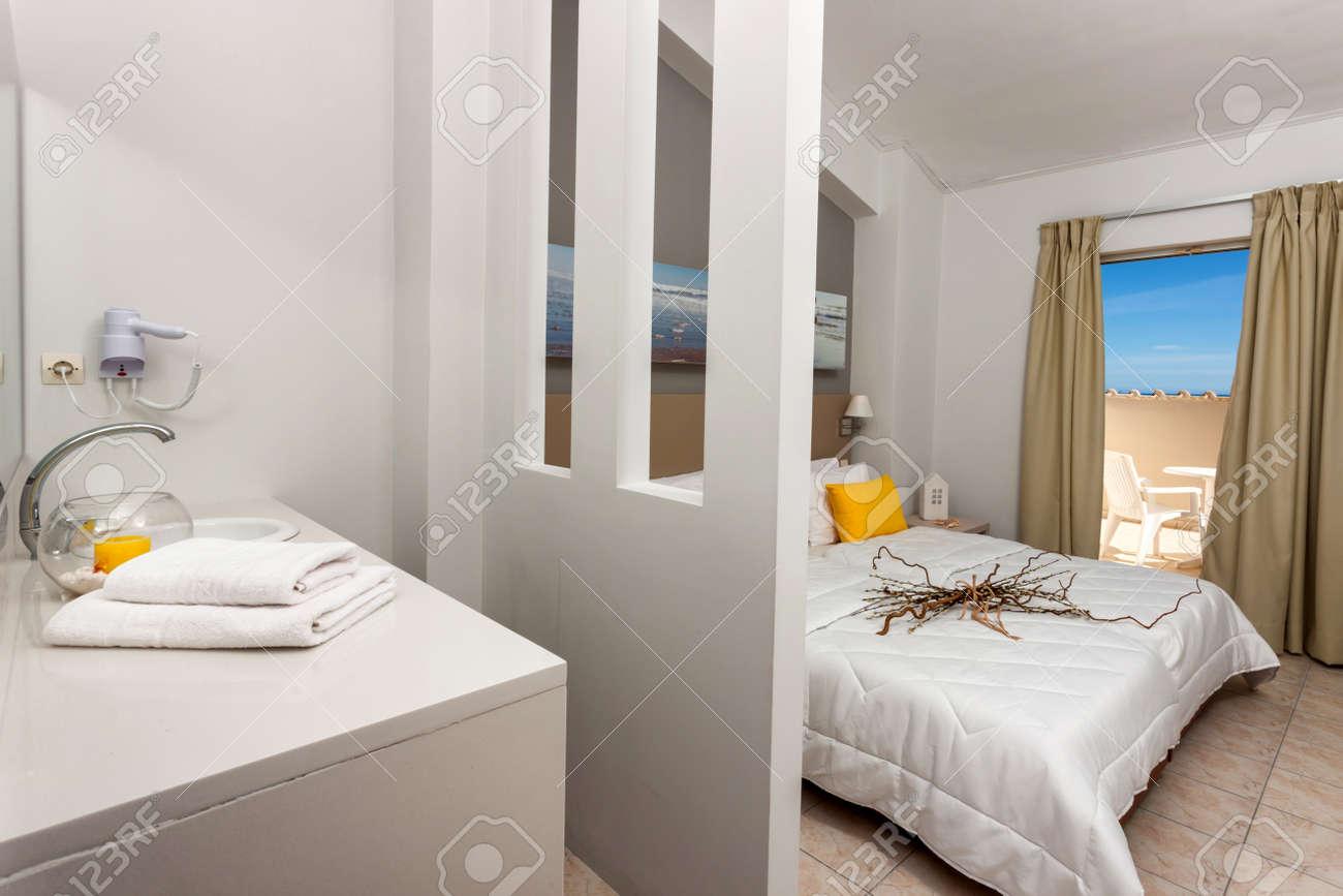 Camera Da Letto Tra Con Decorazione Di Un Hotel Foto Royalty Free ...