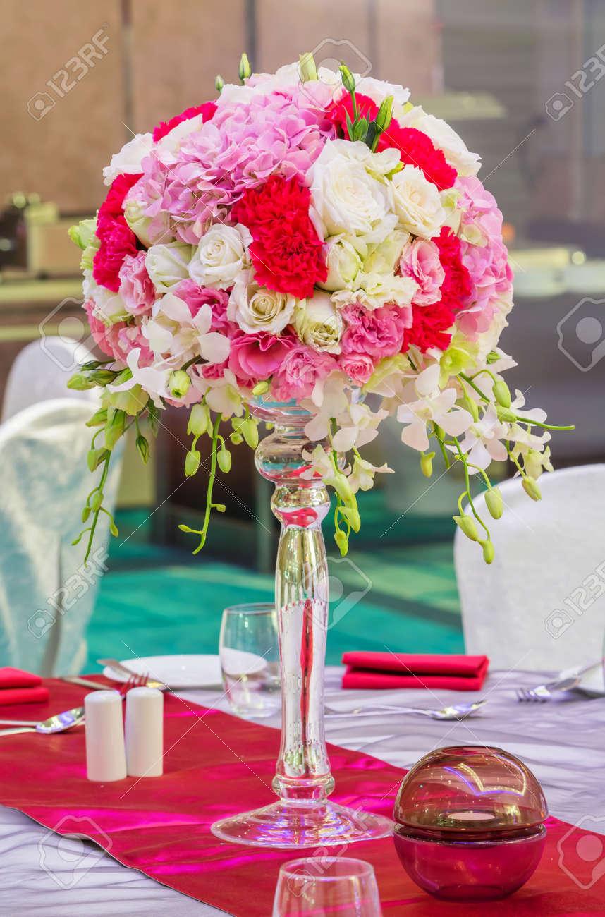bouquet de fleurs dans un vase en verre sur la table à manger banque