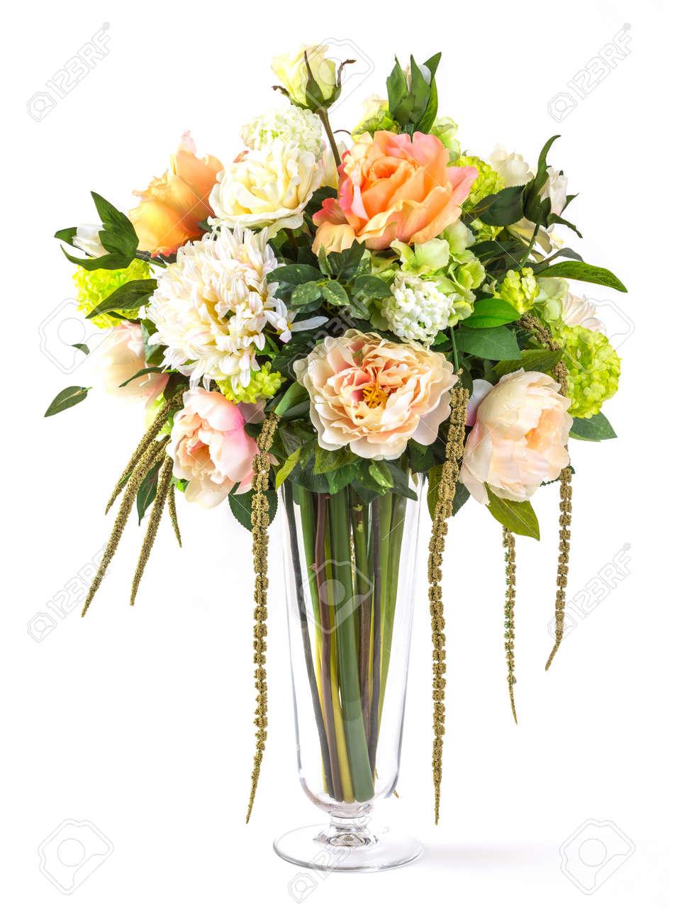 bouquet de rosas y flores de hortensias en florero de vidrio aislado en blanco foto de