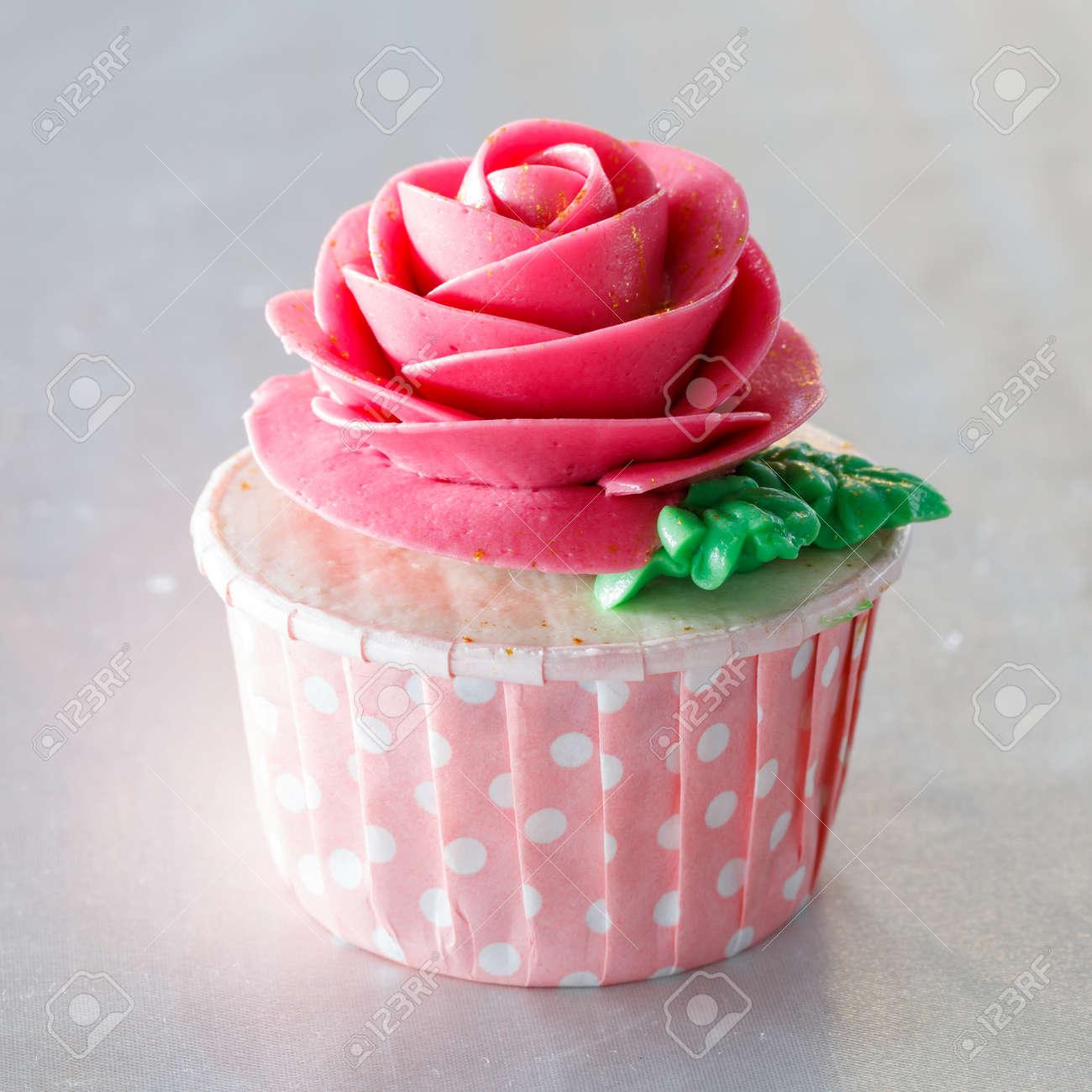 Beau Cupcake Decore Avec Une Fleur De Creme De Beurre Sucre Colore