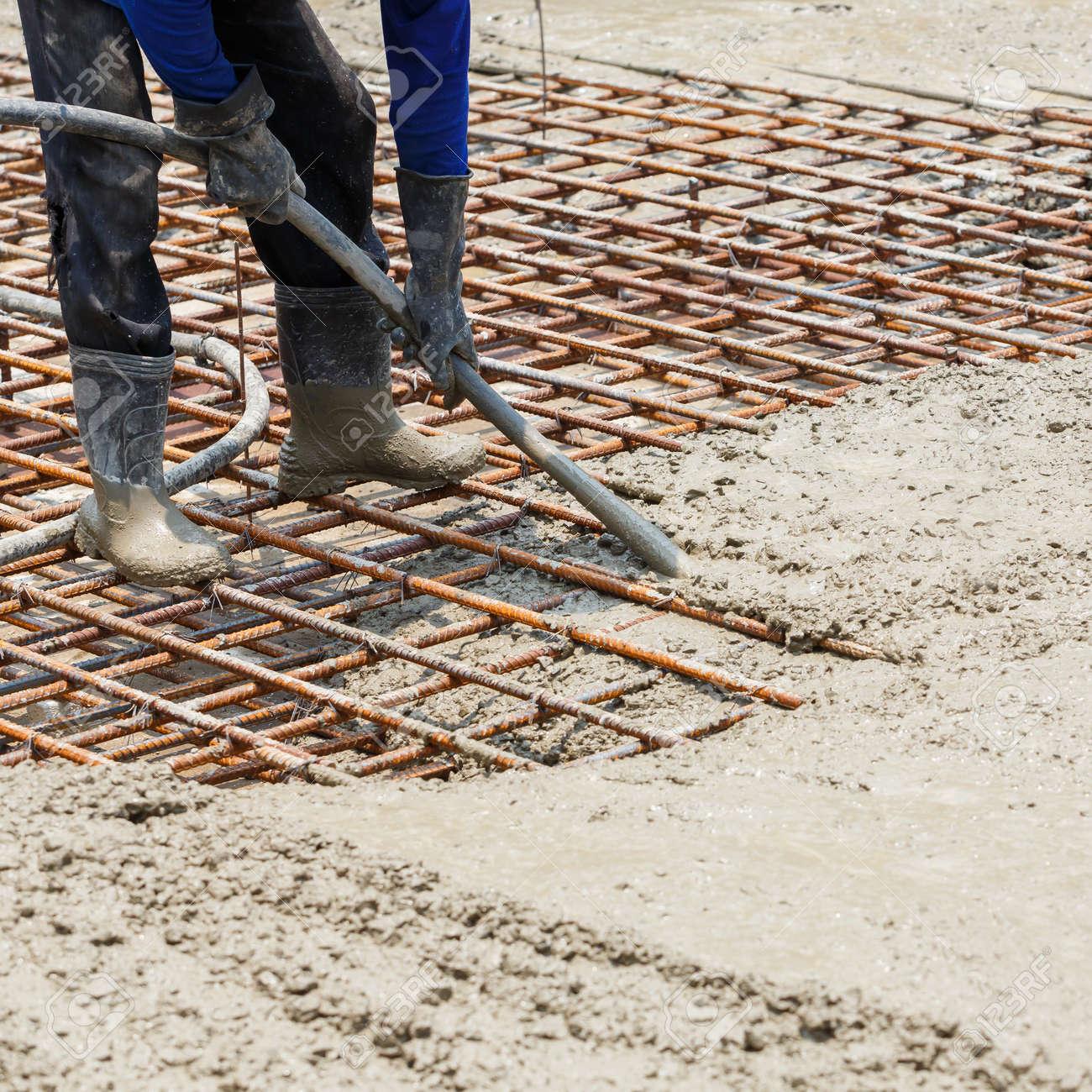 Gut bekannt Close Up Arbeiter Beton Vibrator Hohlräume Zu Beseitigen, Erhöht MH74