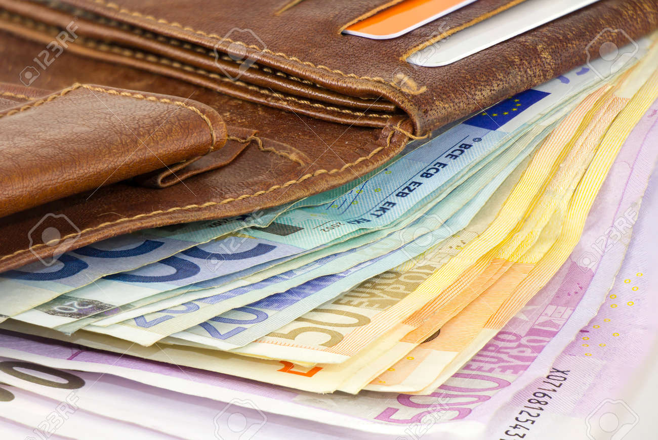 atractivo y duradero buscar original pensamientos sobre Un manojo de billetes en euros en una cartera de cuero marrón