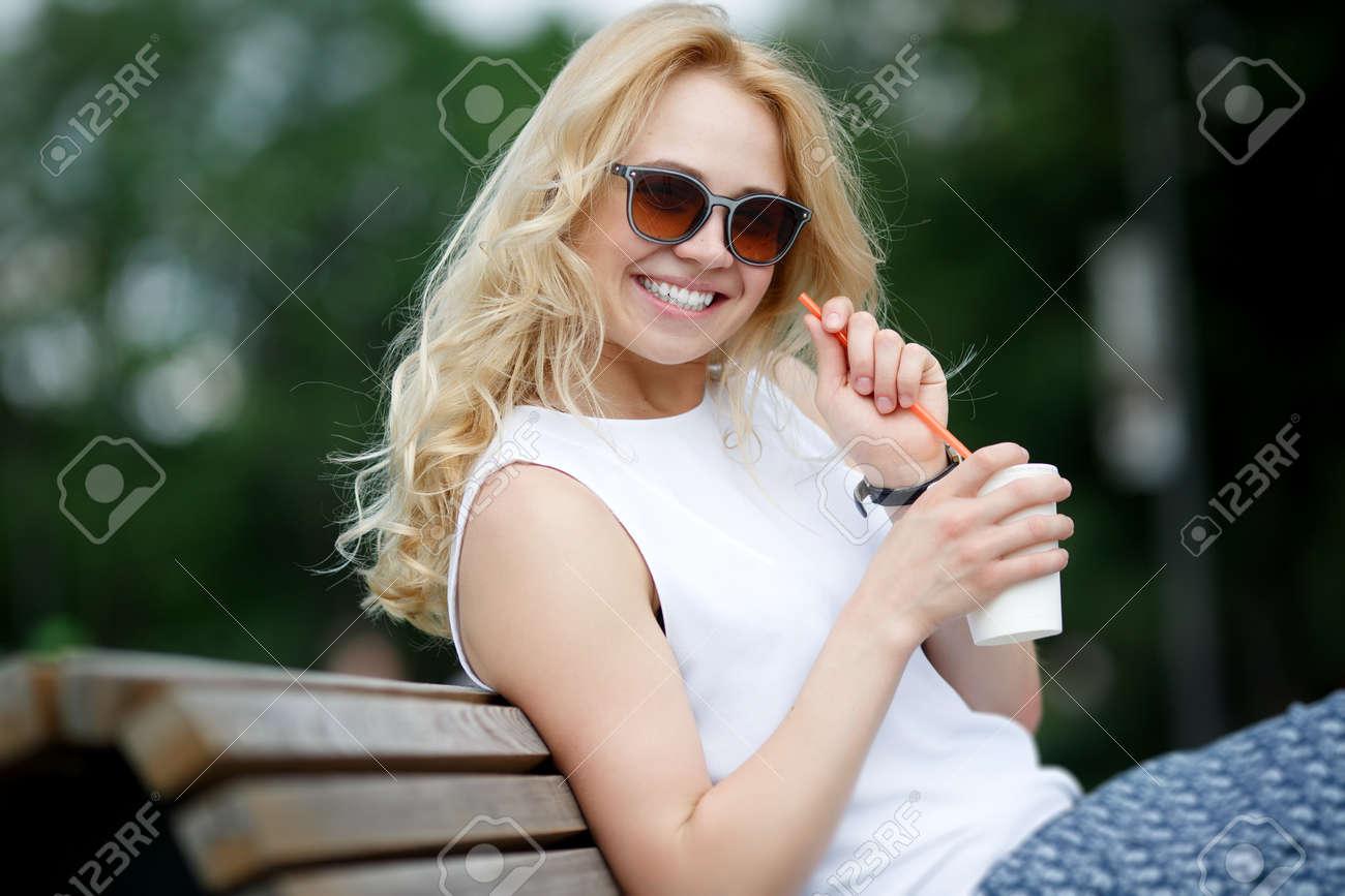 Rubia Blancos Atractiva De Sol Sonrisa En Gafas Con Dientes Mujer mn0Nwv8
