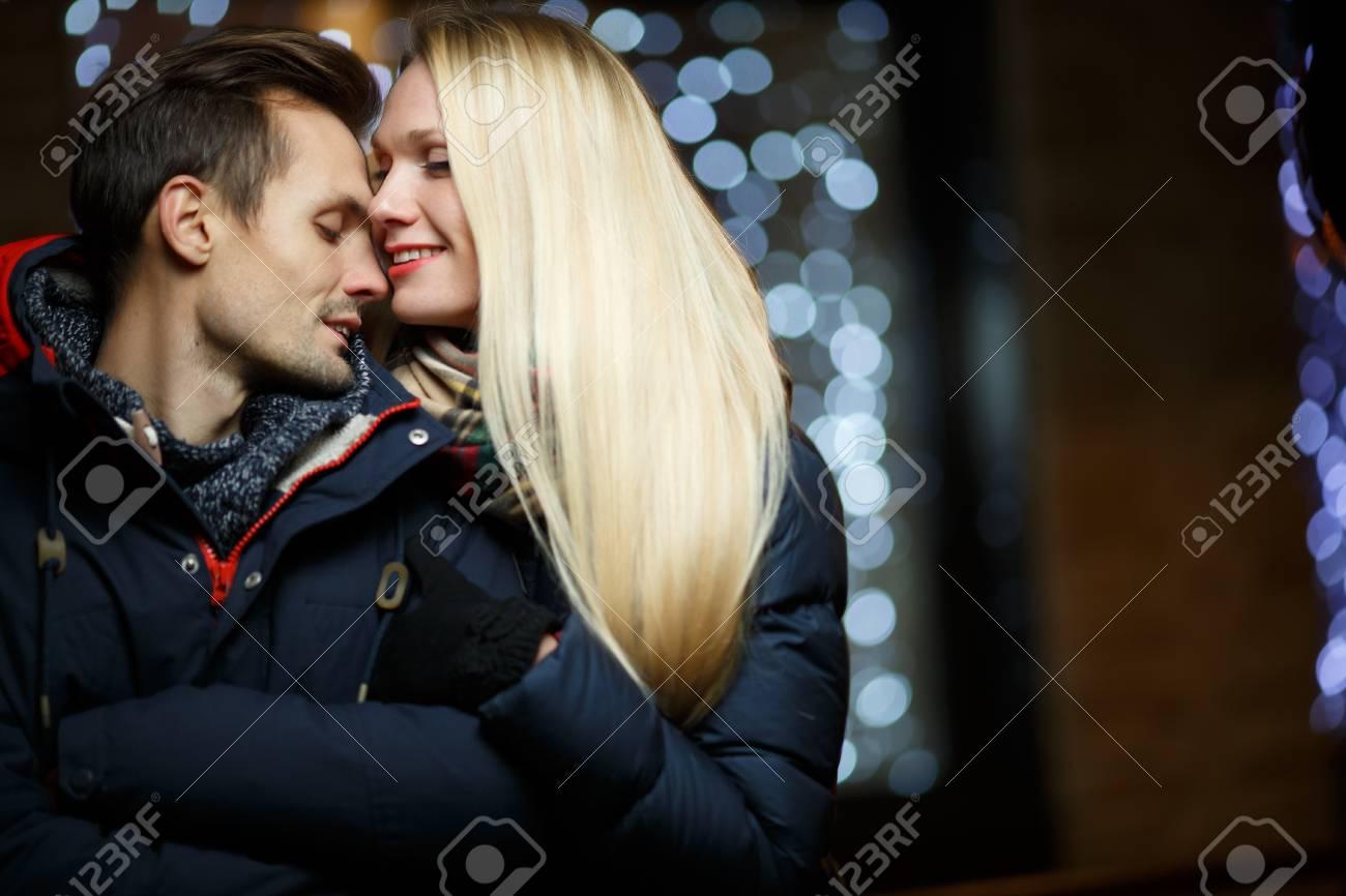Liebevolle Junge Paare Auf Der Straße In Der Nacht Lizenzfreie Fotos ...
