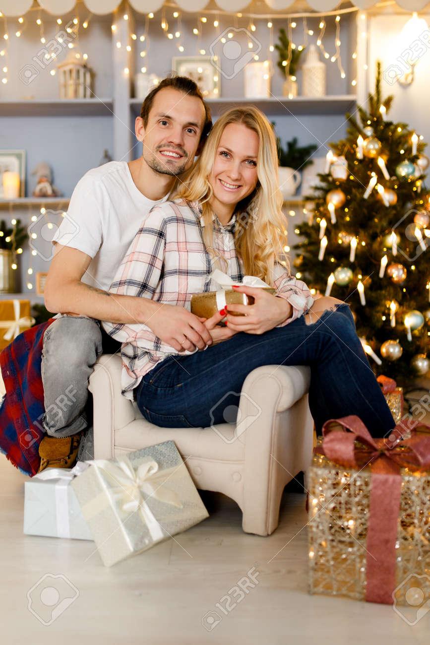 Süße Paare, Die Weihnachtsgeschenke öffnen Lizenzfreie Fotos, Bilder ...