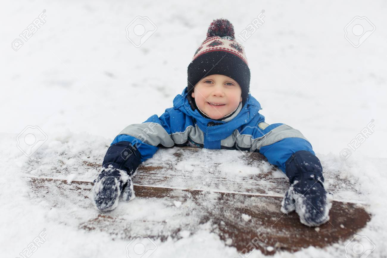 c9caf5ab8 Photo of little boy in snow on park