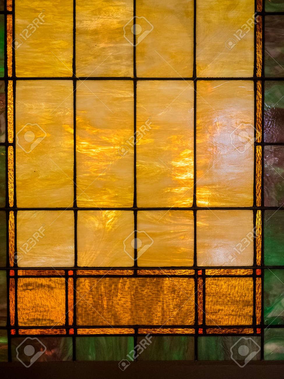 Ventana De Cristal De Color Amarillo Y Marrón Manchada Con Un Poco ...